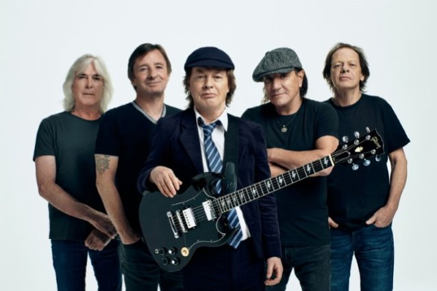 ANGUS YOUNG Says It Was 'Pretty Easy' To Get BRIAN JOHNSON, CLIFF WILLIAMS And PHIL RUDD Back In AC/DC For 'Power Up' Album